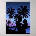 Silueta de un par que abraza en la playa póster