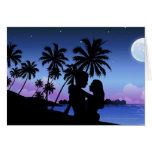Silueta de un par que abraza en la playa tarjeta de felicitación