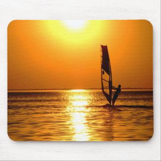 Silueta de un windsurfer mousepad