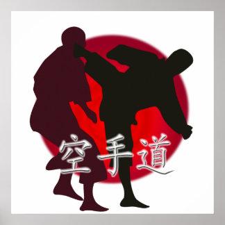 Silueta de una lucha del karate. Fondo rojo de Sun Póster