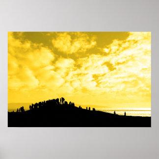 silueta de una muchedumbre en una colina póster