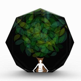 Silueta de una persona meditating o de una persona
