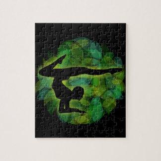 Silueta de una persona que hace la gimnasia o la puzzle