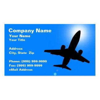 Silueta del aeroplano contra el cielo azul claro tarjetas de negocios