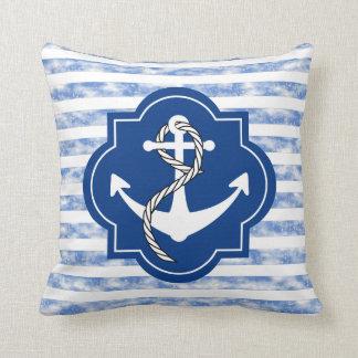 Silueta del ancla con las rayas azules náuticas cojín