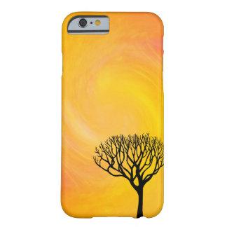 Silueta del árbol (resplandor solar anaranjado) funda de iPhone 6 barely there