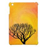 Silueta del árbol (resplandor solar anaranjado) iPad mini funda