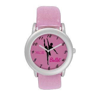 Silueta del bailarín de ballet en iniciales de relojes de mano