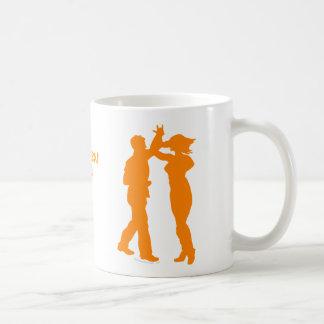 Silueta del baile de la vuelta de la danza de los  tazas de café