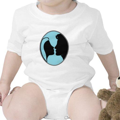 Silueta del beso del camafeo traje de bebé