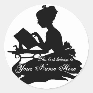 Silueta del Bookplate de la lectura de la chica Etiquetas Redondas