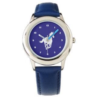 Silueta del caballo blanco en púrpura relojes de pulsera