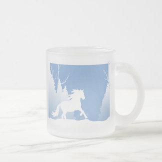 Silueta del caballo del invierno Nevado Taza Cristal Mate