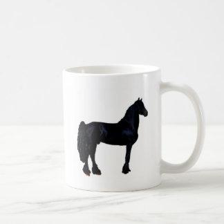 Silueta del caballo en blanco y negro taza básica blanca