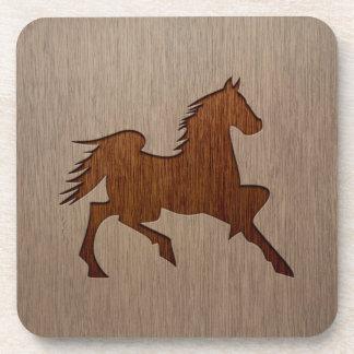 Silueta del caballo grabada en el diseño de madera posavasos de bebidas