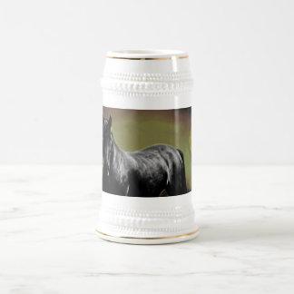 Silueta del caballo por claro de luna jarra de cerveza