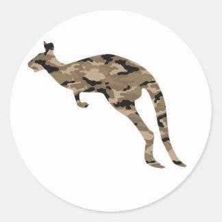 Silueta del canguro del camuflaje pegatina redonda