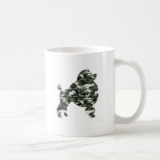 Silueta del caniche del camuflaje tazas de café
