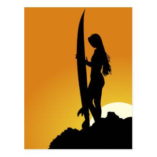 Silueta del chica de la persona que practica surf postal