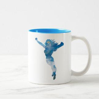 Silueta del cielo azul de la Mujer Maravilla Taza De Café De Dos Colores