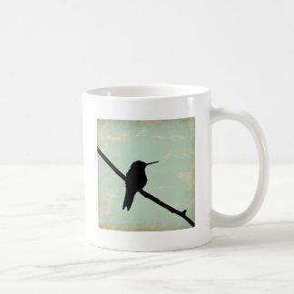 Silueta del colibrí en fondo azul del Grunge Taza De Café