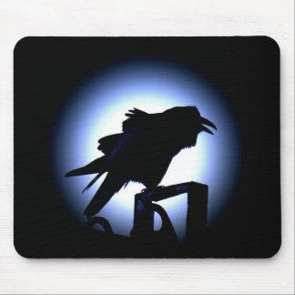 Silueta del cuervo contra la Luna Llena Alfombrilla De Ratones