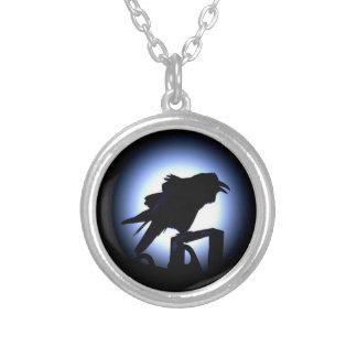 Silueta del cuervo contra la Luna Llena Colgante Redondo