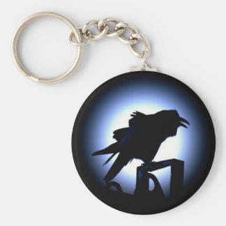 Silueta del cuervo contra la Luna Llena Llavero Redondo Tipo Pin