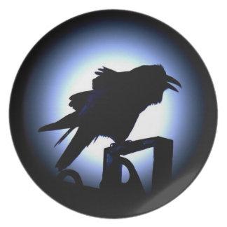 Silueta del cuervo contra la Luna Llena Plato