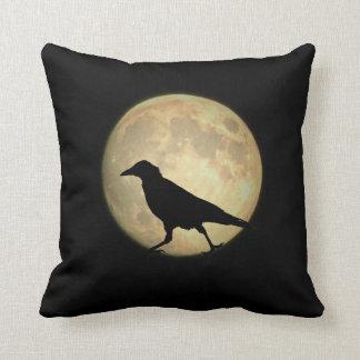Silueta del cuervo de la Luna Llena que camina Cojín