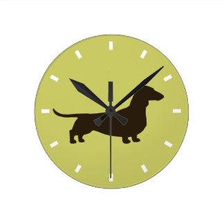 Silueta del Dachshund en el verde - personalizable Reloj Redondo Mediano