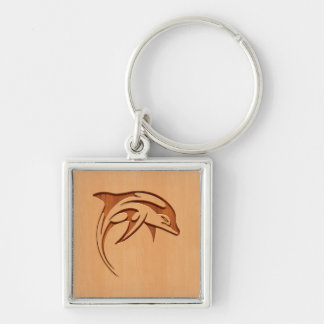 Silueta del delfín grabada en el diseño de madera llavero cuadrado plateado