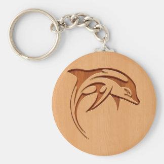 Silueta del delfín grabada en el diseño de madera llavero redondo tipo pin