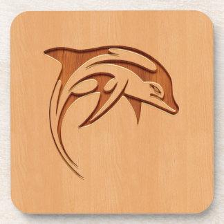 Silueta del delfín grabada en el diseño de madera posavasos de bebidas