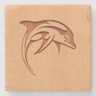 Silueta del delfín grabada en el diseño de madera posavasos de piedra