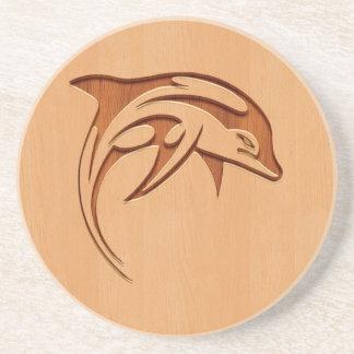 Silueta del delfín grabada en el diseño de madera posavasos para bebidas