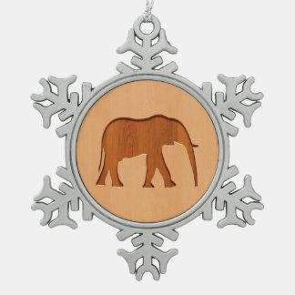 Silueta del elefante grabada en el diseño de adorno de peltre en forma de copo de nieve