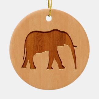 Silueta del elefante grabada en el diseño de adorno redondo de cerámica
