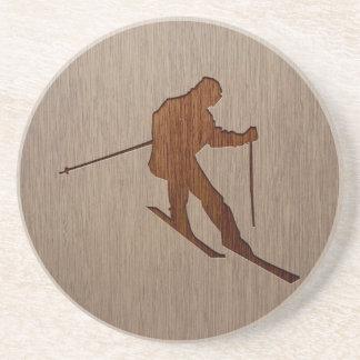 Silueta del esquí grabada en el diseño de madera posavasos diseño