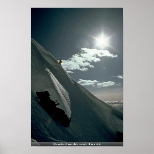 Silueta del esquiador solitario en el lado de la m impresiones