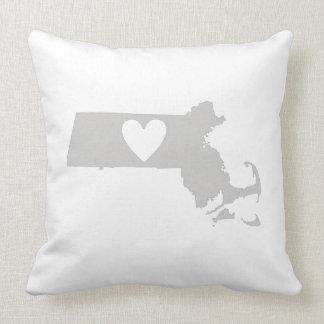 Silueta del estado de Massachusetts del corazón Cojin
