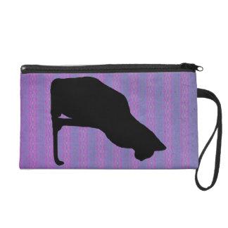 Silueta del gato negro en rayas púrpuras