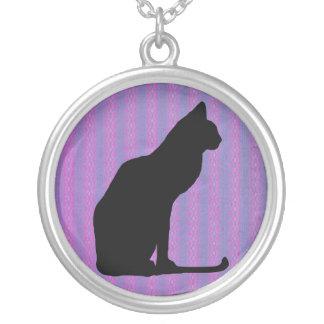 Silueta del gato negro en rayas púrpuras collar