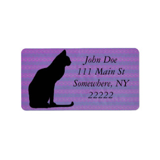 Silueta del gato negro en rayas púrpuras etiqueta de dirección