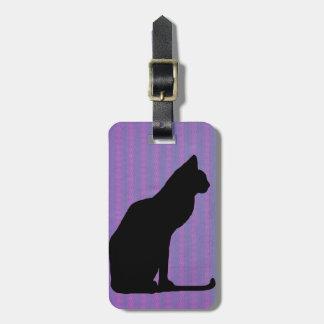 Silueta del gato negro en rayas púrpuras etiquetas maleta