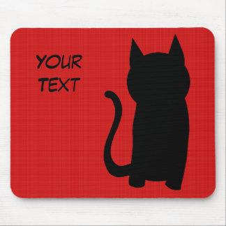 Silueta del gato negro que se sienta alfombrillas de ratones