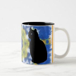 Silueta del gato y taza del teñido anudado
