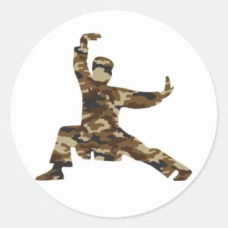 Silueta del hombre de los artes marciales de Camo Etiquetas Redondas