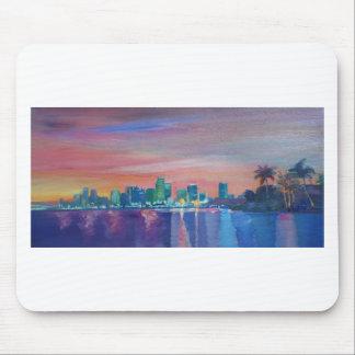 Silueta del horizonte de Miami en la puesta del Tapete De Raton
