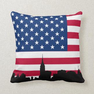 Silueta del horizonte de NYC, bandera americana Almohadas